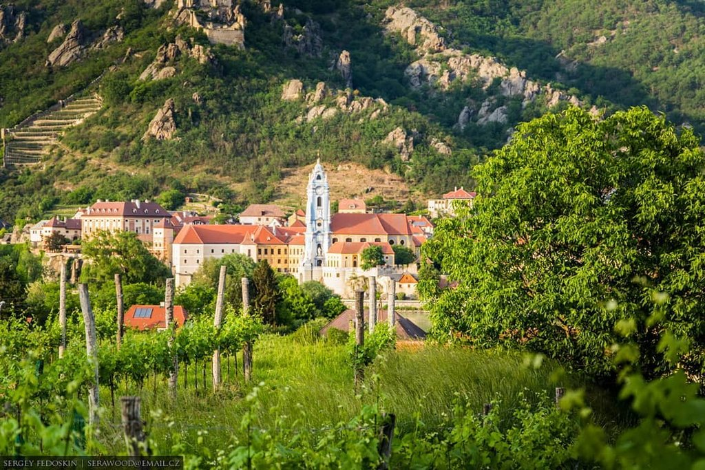 Photo by Wachau_photo in Dürnstein. Image may contain: mountain, plant, sky, tree, grass, house, outdoor and nature